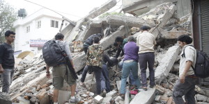 . Kathmandu (Nepal), 25/04/2015.- People search for survivors in the rubble of a destroyed building after an earthquake hit Nepal, in Kathmandu, Nepal, 25 April 2015. A 7.9-magnitude earthquake rocked Nepal destroying buildings in Kathmandu and surrounding areas, with unconfirmed rumours of casualties. The epicentre was 80 kilometres north-west of Kathmandu, United States Geological Survey. Strong tremors were also felt in large areas of northern and eastern India and Bangladesh. (Terremoto/sismo) EFE/EPA/NARENDRA SHRESTHA
