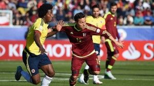 Colombia's midfielder Carlos Sanchez (L) vies for the ball with Venezuela's midfielder Luis Seijas during their 2015 Copa America football championship match, in Rancagua, Chile, on June 14, 2015.   AFP PHOTO / PABLO PORCIUNCULA