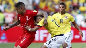 Peru's Paolo Guerrero (L) battles for the ball with Colombia's Jeison Murillo during their 2018 World Cup qualifying soccer match at the Roberto Melendez Stadium in Barranquilla, Colombia, October 8, 2015. REUTERS/John Vizcaino