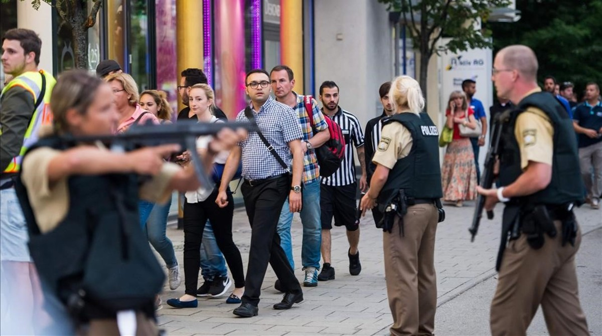 Police evacuates people from the shopping mall in Munich on July 22  2016 following a shootings earlier  At least one person has been killed and 10 wounded in a shooting at a shopping centre in Munich on Friday  German police said    AFP PHOTO   STR